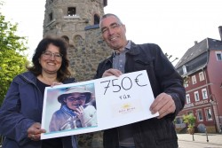Karin Schlink überreicht die 750.- €-Spende in Bensheim.