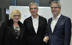 Die Landtagsabgeordnete Birgit Heiland und Landrat Christian Engelhardt nehmen Ludwig März in die Mitte.