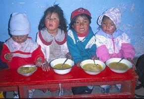 Kinder im Comedor Popular